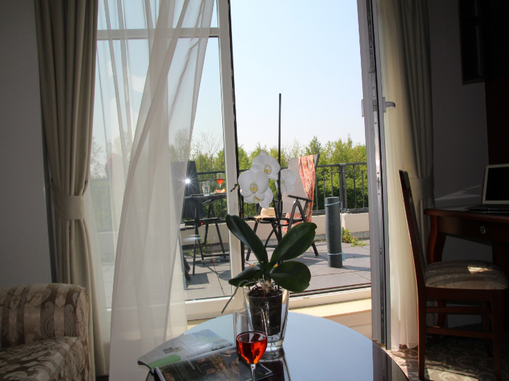 Hotelzimmer mit Blick auf Terrasse