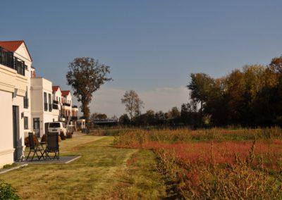 Herbstwiese und Hotelterrasse